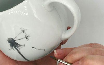 Schauen sie der Porzellanmalerin Irina Kroop über die Schulter