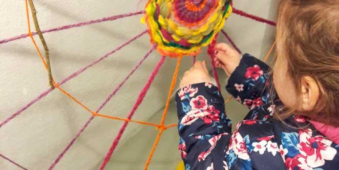 Spinnen, drehen, fädeln: Arbeiten mit Wolle